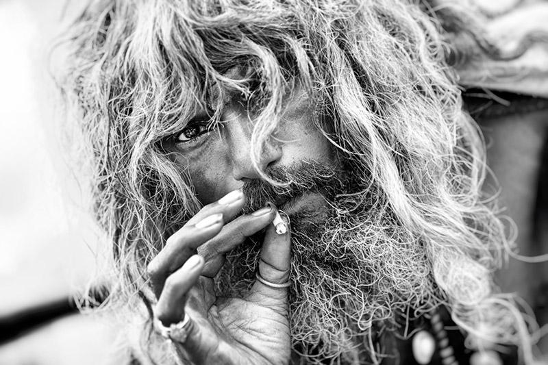 Retrato hombre pelo largo fumando